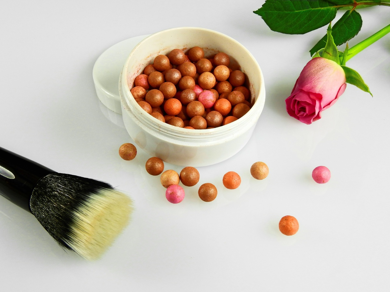 There are diversified makeup kits available in the market. Among them, bronzing pearls are much famous